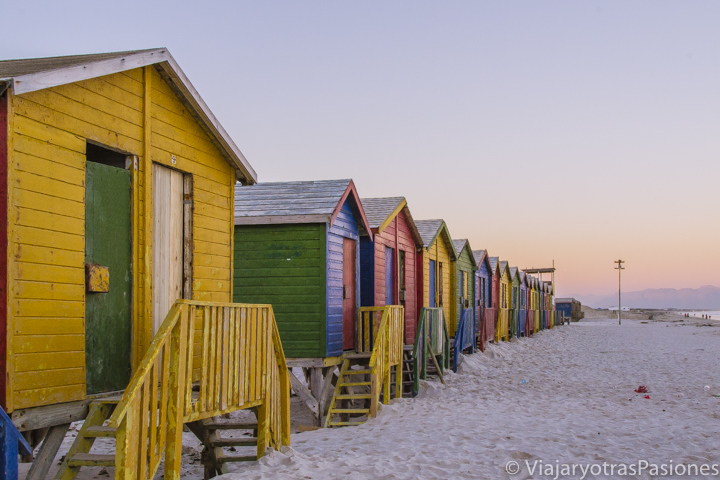 Coloridas casetas en la playa de Muizenberg cerca de Ciudad del Cabo, Sudáfrica