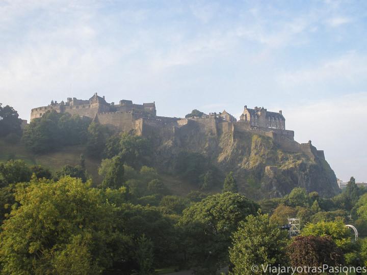 Maravilloso castillo de Edimburgo desde el aeropuerto en Escocia