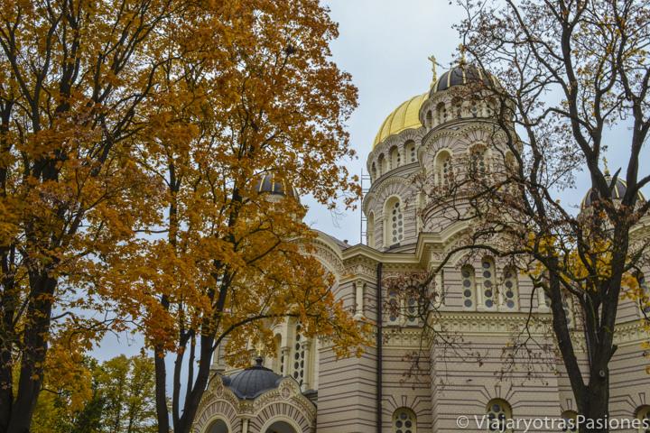 Imagen otoñal de la catedral de la Natividad de Cristo en Riga, Letonia