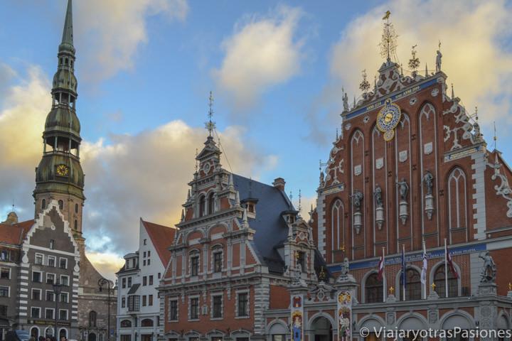 Plaza del ayuntamiento de Riga, con la Casa de las Cabezas Negras, Letonia