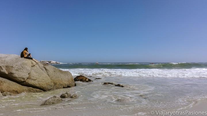 Frente al mar en la playa de Clifton en la Península del Cabo en Sudáfrica