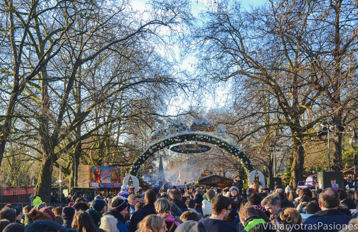 La cola de entrada para visitar Winter Wonderland, la feria navideña de Hyde Park en Londres, en Inglaterra