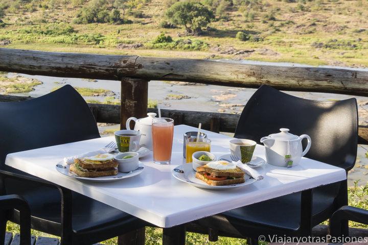 Hermoso desayuno en el Olifant Rest Camp en el Parque Kruger en Sudáfrica