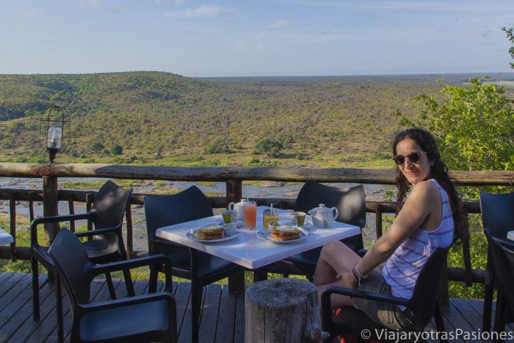 Haciendo desayuno en la terraza del campo de Olifant en el Parque Kruger en Sudáfrica