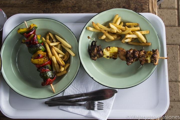 Deliciosa comida en la area de descanso de Tshokwane en el safari en el Kruger por libre en Sudáfrica