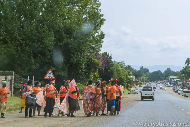 Demostración en una carretera con gente en Sudáfrica