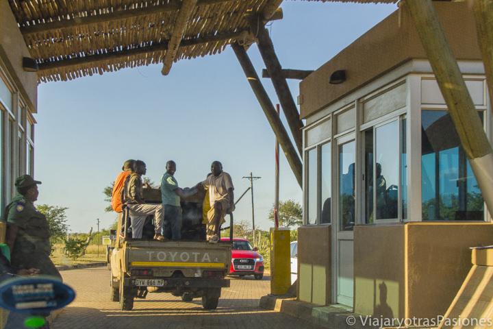 Trabajadores en la entrada del campo Kruger en Sudáfrica