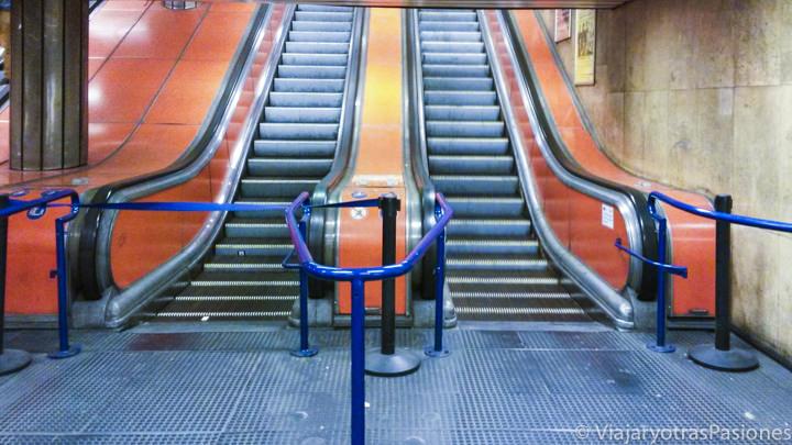 Escaleras mecánicas en la estación para ir a Budapest desde el aeropuerto en Hungría