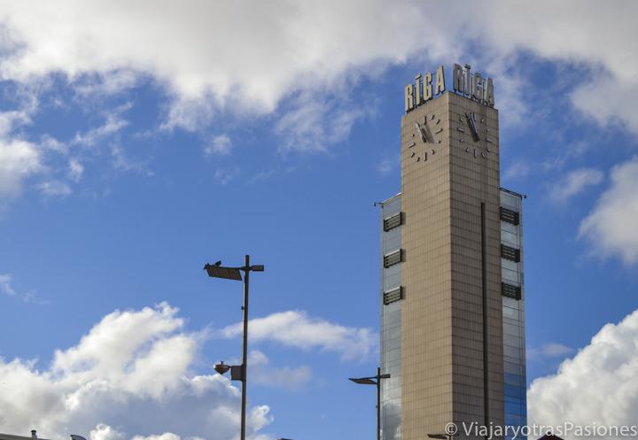 Estación de los trenes para ir a Riga desde el aeropuerto en Letonia