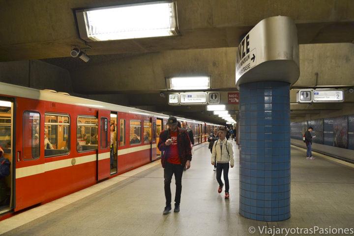 Estación de metro para ir a Núremberg desde el aeropuerto en Alemania