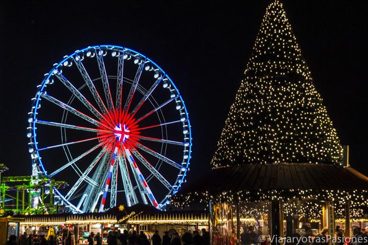 Árbol de Navidad y la noria de Winter Wonderland, la feria de la Navidad en Londres, en Inglaterra