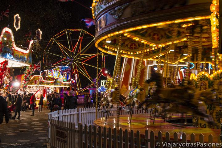 Diferentes atracciones en Winter Wonderland, la feria de la Navidad en Londres en Inglaterra
