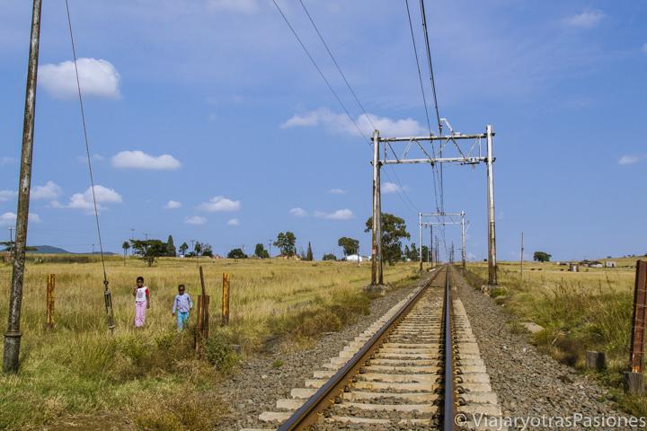 Vía del tren en las zonas rurales de Zululand viajando en Sudáfrica por libre