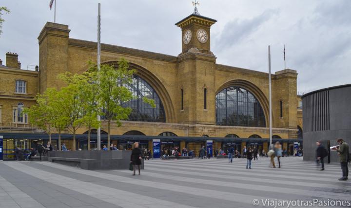 Estación de trenes de King's Cross para ir a Edimburgo desde Londres entre Inglaterra y Escocia