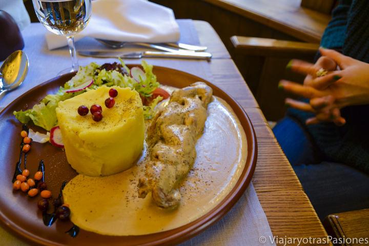 Cerdo y patatas, gastronomía y comida en Riga en Letonia