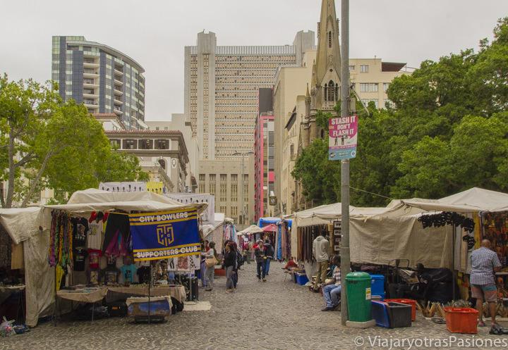 Mercado en la Green Market Square, en el centro de Cape Town, Sudáfrica