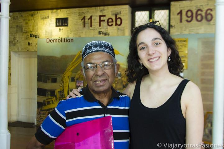 Sonrientes con el guía en el museo District Six en Ciudad del Cabo en Sudáfrica