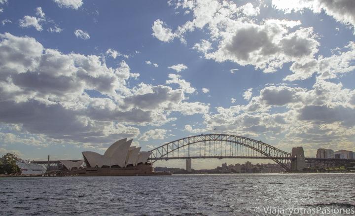 La Ópera House y el Harbour Bridge, en Sydney, una de las ciudades donde se puede ser profesor de español, al atardecer