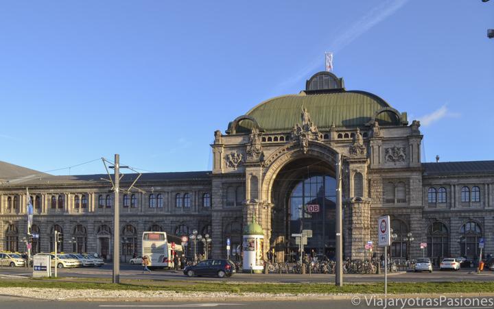 Bonita fachada de la Estación Central de Núremberg en Alemania