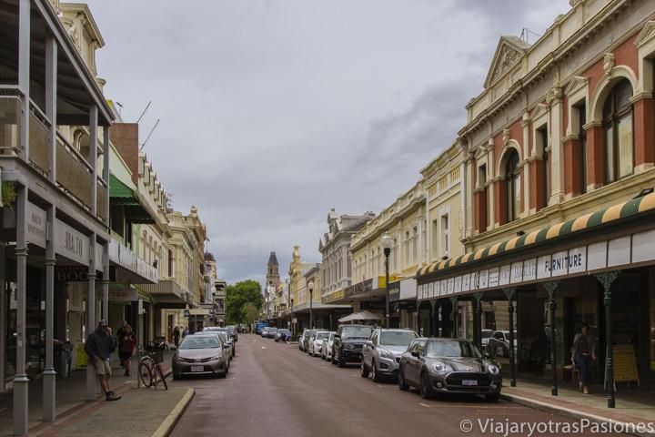 Típica vista de High Street con edificios coloniales en Fremantle en Western Australia