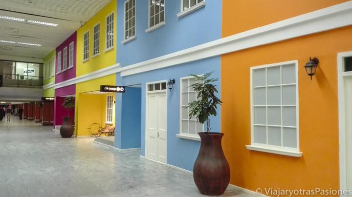 Bonitas casas de colores en el interior del aeropuerto de Ciudad del Cabo en Sudáfrica