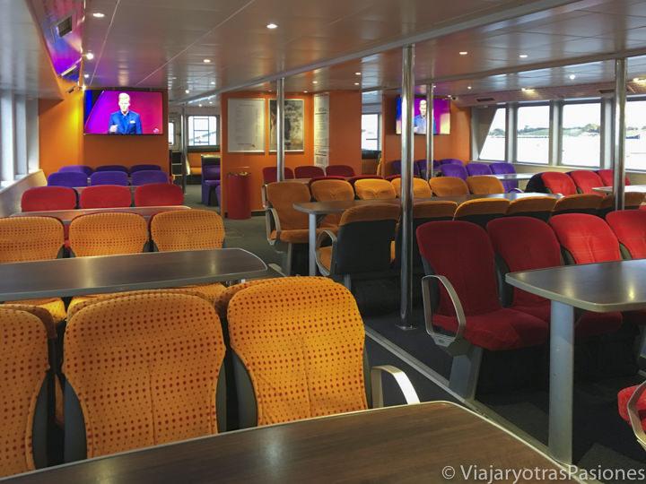 Interior del barco que te lleva a visitar Rottnest Island desde Freemantle y Perth en Western Australia
