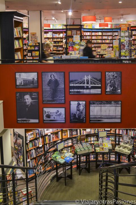 Interior de la librería Waterstones de Chelsea en Londres, Inglaterra