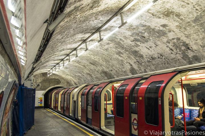 Interior de la estación de metro de Holland Park en Londres, Inglaterra
