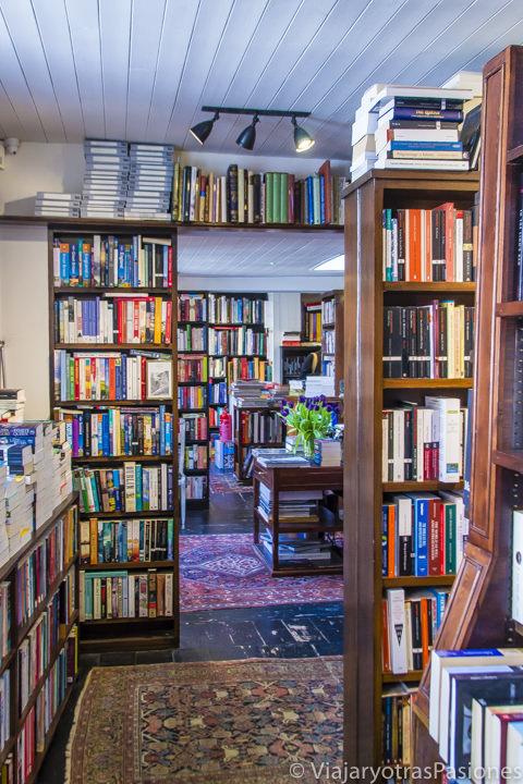 Interior de la famosa John Sandoe en Chelsea en las mejores librerías de Londres en Inglaterra