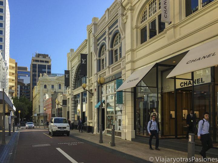Tiendas de marcas en Kings Street en Perth en un día en Western Australia