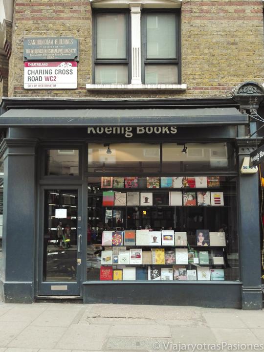 Fachada negra de la librería Koenig Books en Londres en Inglaterra