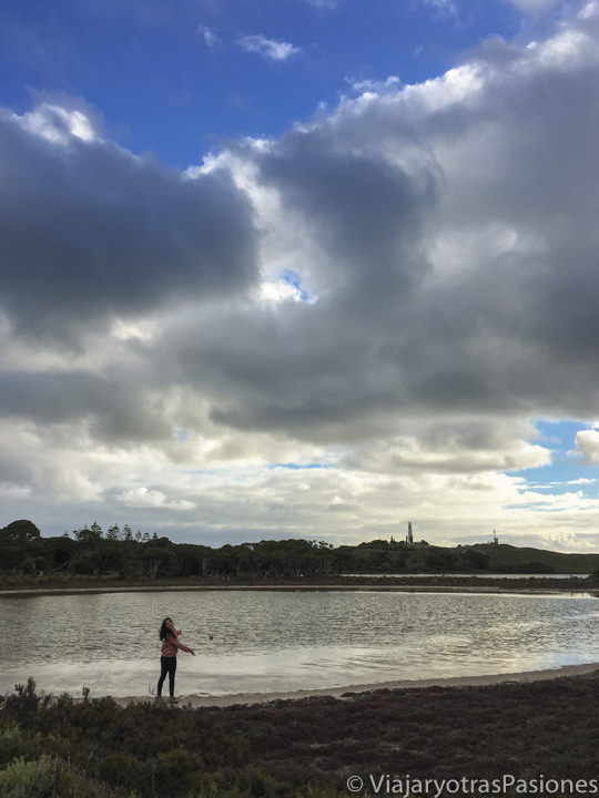 Lago salado en Rottnest Island cerca de l'atardecer