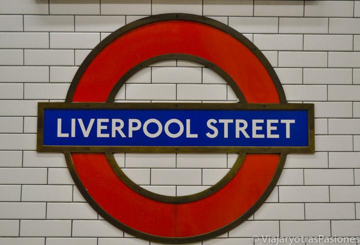 Famoso logo de la metro de Londres en la estación de Liverpool Street, Inglaterra