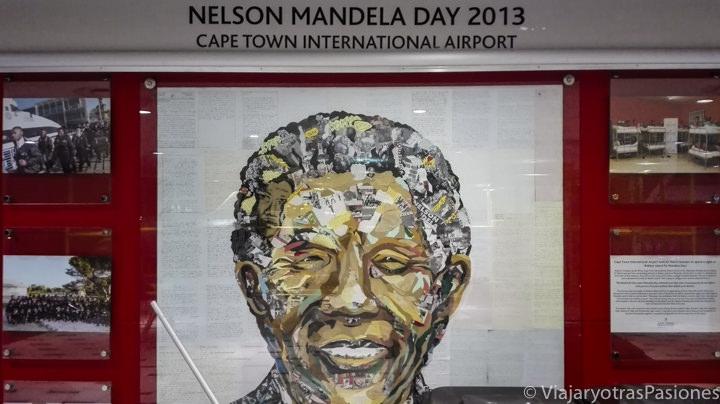 Murales de Mandela en el interior del aeropuerto de Ciudad del Cabo en Sudáfrica