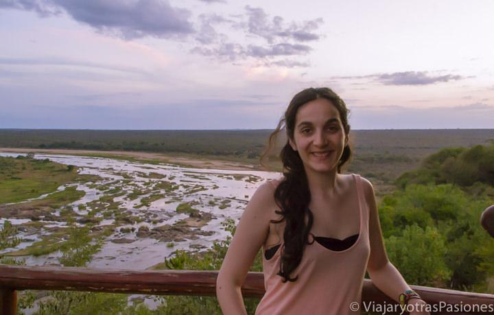 Sonriente en el increíble Parque Kruger en el campo Olifants en Sudáfrica