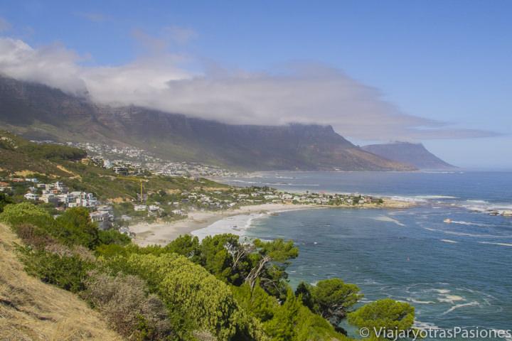 Bonita vista de los Doce Apóstoles en el Road trip por la Península del Cabo en Sudáfrica