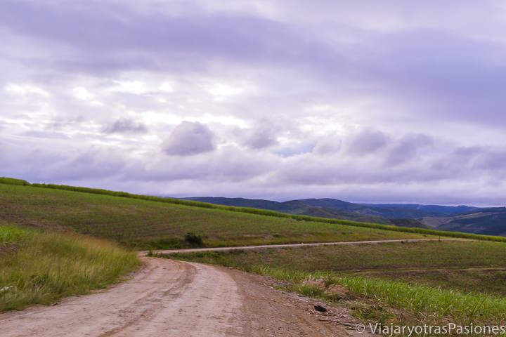 Maravillosa carretera y nubes que se pueden ver en conducir en Sudáfrica
