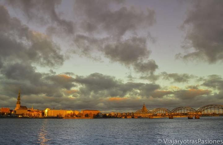Maravilloso atardecer en el río Daugava en Riga en dos días en Letonia