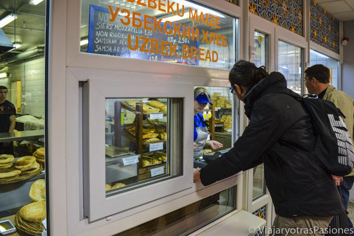 Haciendo compras en el mercado general de Riga en Letonia