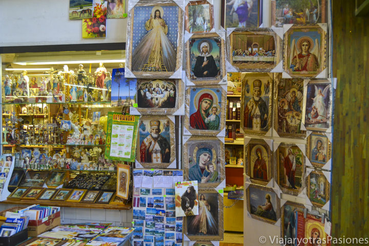 Característica tienda de iconos religiosos en el mercado central de Riga en Letonia