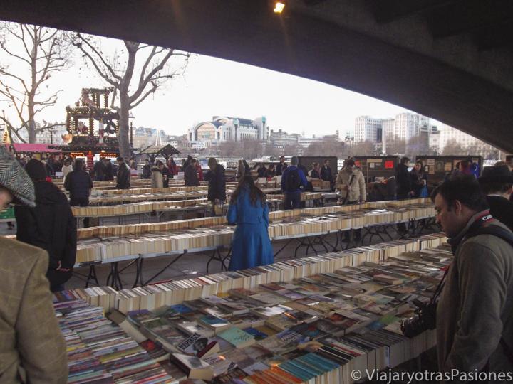 Mercado de libros junto al Támesis en Londres en Inglaterra
