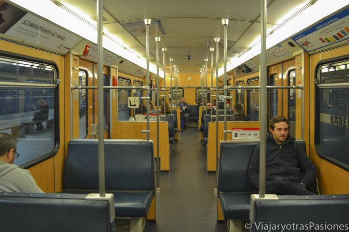 Interior del metro para ir a Núremberg desde el aeropuerto en Alemania