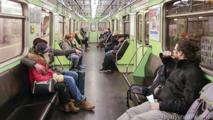 Interior del metro de Budapest desde el aeropuerto en Hungría