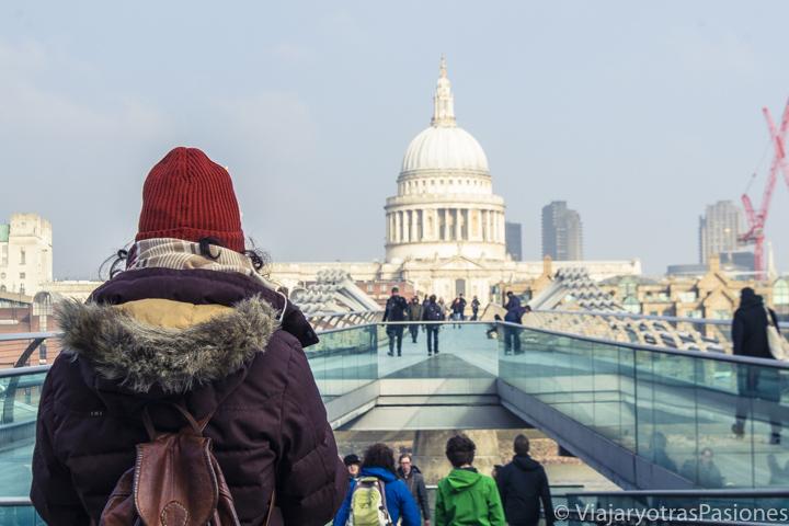 Bonita vista de la catedral de St Paul desde el famoso Millenium Bridge en Londres