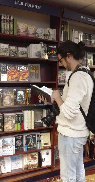Leyendo un libro de Tolkien en una de las mejores librerías de Londres en Inglaterra