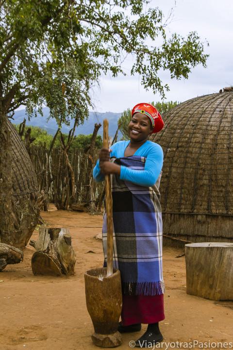 Mujer zulú cocinando en Shakaland, Sudáfrica