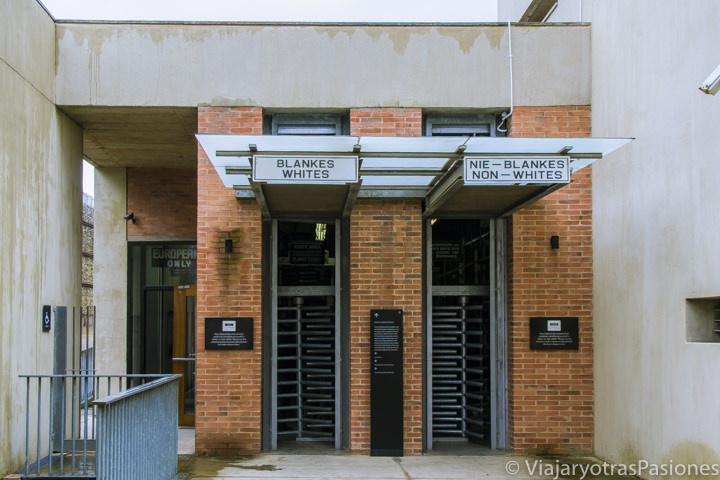 Entrada del museo del apartheid en Johannesburgo en Sudáfrica en dos semanas