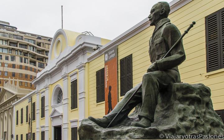 Frente al Museo de la Esclavitud en Ciudad del Cabo en Sudáfrica