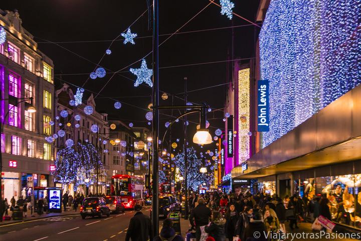 Mucha gente para las compras navideñas en Oxford Street en Londres en Inglaterra