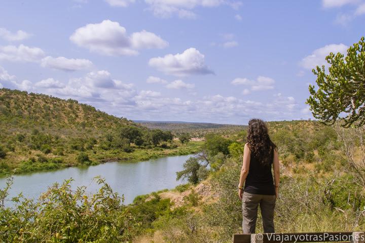 Precioso paisaje junto al río en el Parque Kruger, Sudáfrica